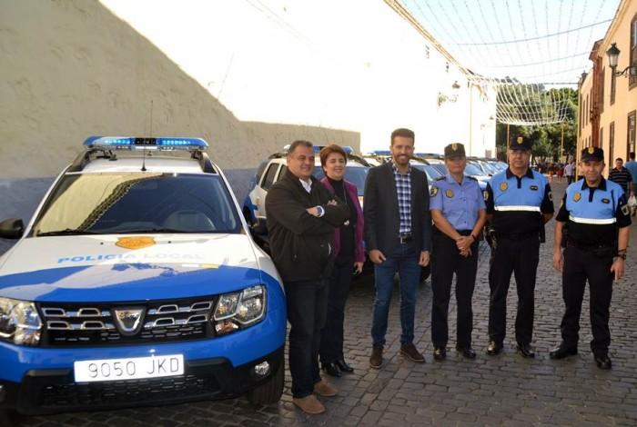 El concejal y el alcalde, junto a los representantes de la Policía Local y los nuevos vehículos adquiridos. | DA