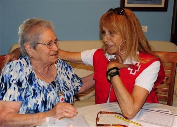 Una voluntaria de Cruz Roja.   EP