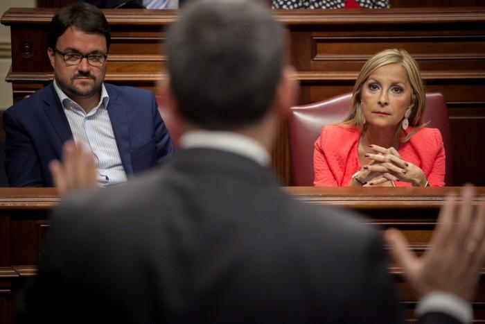Australia Navarro y Asier Antona (PP) atienden a una intervención del presidente del Gobierno canario,  Fernando Clavijo, en el Parlamento. / ANDRËS GUTIÉRREZ