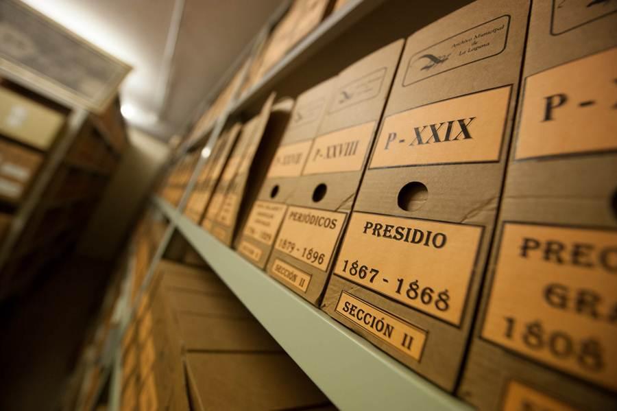 Reportaje sobre el archivo histórico de La Laguna y el laboratorio de restauración. | FRAN PALLERO