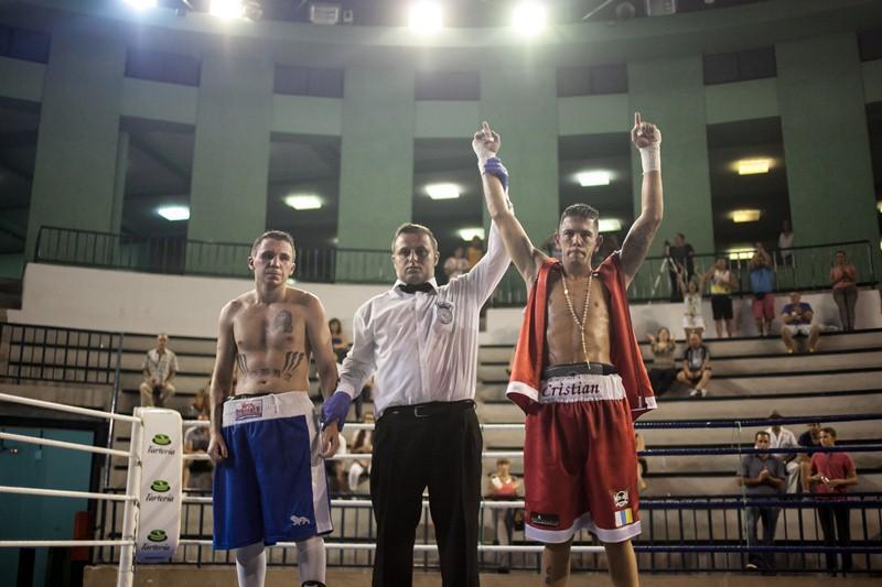Cristian Rodríguez es proclamado vencedor de su combate con José Acero. / ANDRÉS GUTIÉRREZ