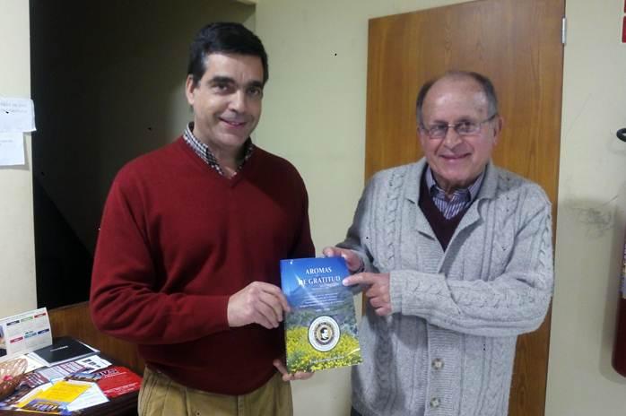 César Hernández y Francisco Mesa muestran orgullosos un ejemplar del libro Aromas de gratitud. | DA