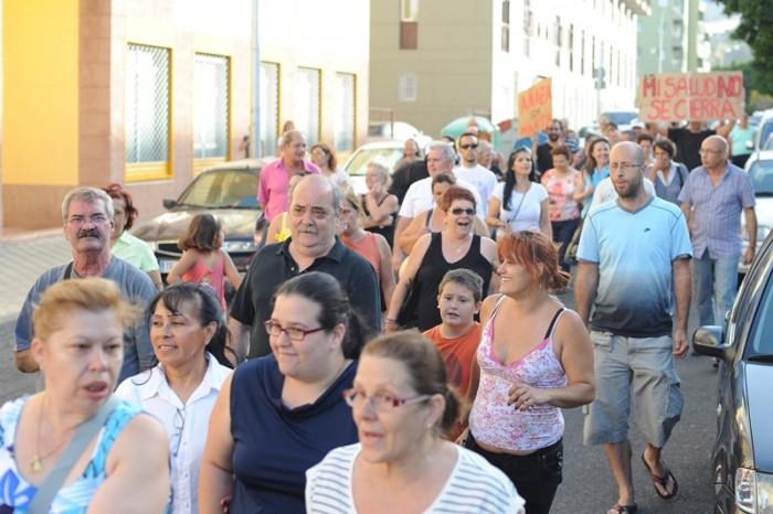 Luis Celso, encabezando con otros vecinos una manifestación en Añaza, siempre en pro de mejorar el barrio. / SERGIO MÉNDEZ