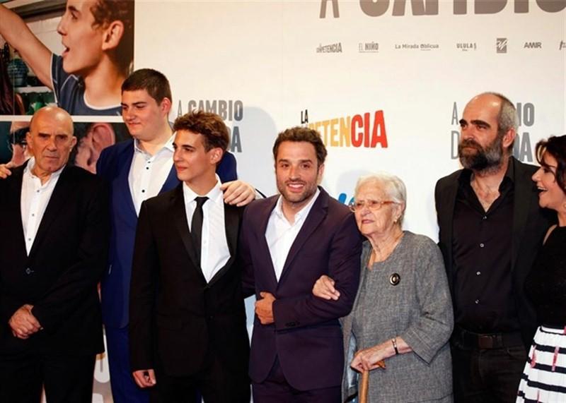 Daniel Guzmán, acompañado de parte del reparto de la película con la que opta a seis Goya. / DA