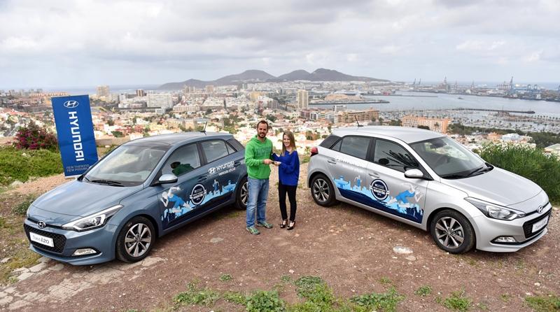 Entrega oficial con Daniel González, Director de DG Eventos, e Idaira Santana, en representación de Hyundai Canarias. | DA