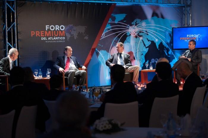 El entrevistador, entrevistado: Pedro J. Ramírez se sometió en el Foro Premium del Atlántico a las preguntas de Carmelo Rivero , Juan Carlos Mateu y Jaime Pérez Llombet. /  FRAN PALLERO