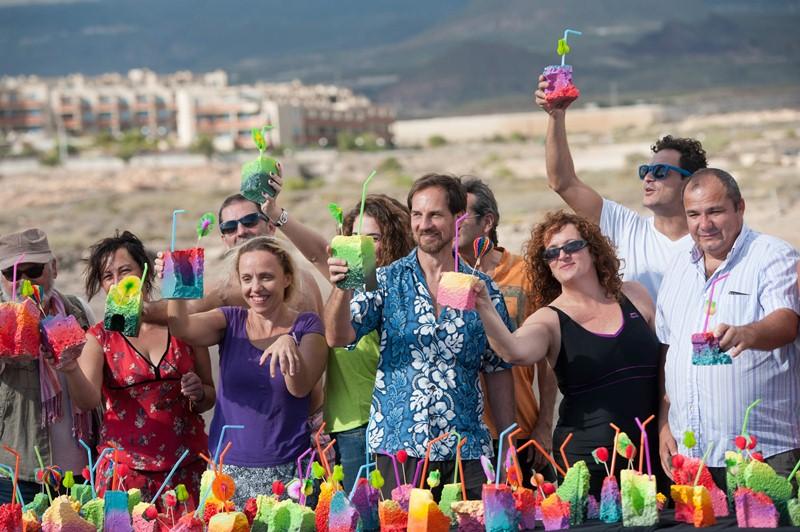 """Oliver Behrmann, en el centro, brinda con sus cócteles falsos junto a los asistentes al acto """"por la sostenibilidad"""", ayer en La Tejita. / FRAN PALLERO"""