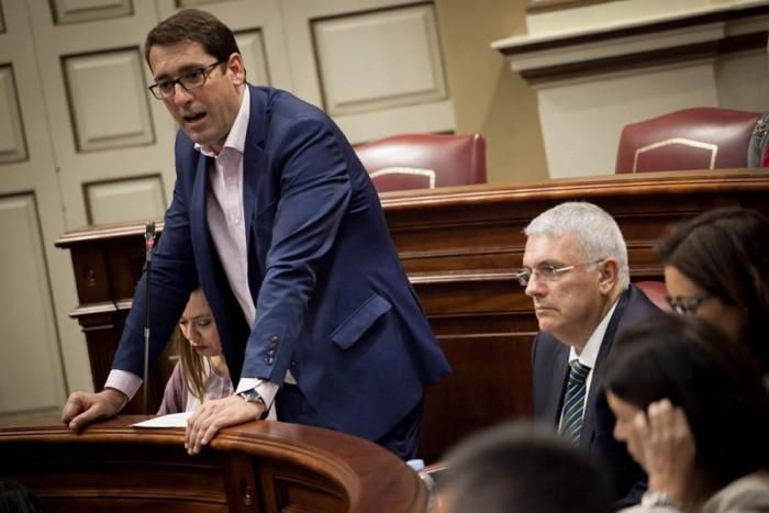 Iñaki Lavandera interviene desde su escaño en el Grupo Socialista. | ANDRÉS GUTIÉRREZ