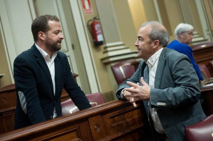 Juan Márquez conversa con el también diputado de Podemos Paco Déniz. | FRAN PALLERO