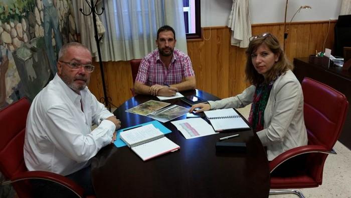 Juan Ramón Martín y Luis Domingo Marrero, con la directora insular, Ofelia Manjón. | DA