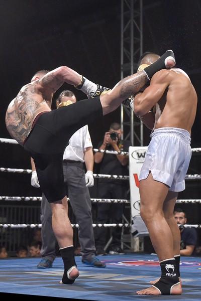 Risco, a la izquierda, durante su combate con Diender. / SERGIO MÉNDEZ