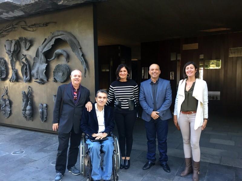Carmen Luisa Castro, Javier Mederos, los arquitectos y el abogado de los propietarios, en Presidencia. / DA