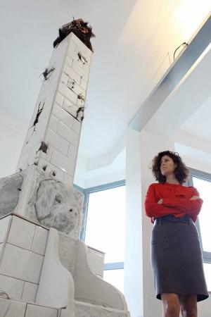 La artista Nayra Martín, junto a su obra de tres metros de altura. | DA
