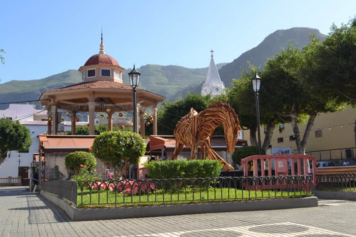 La escultura de madera del caballo de Don Quijote permanece desde finales de noviembre en la plaza de La Luz, a petición de los vecinos. | DA