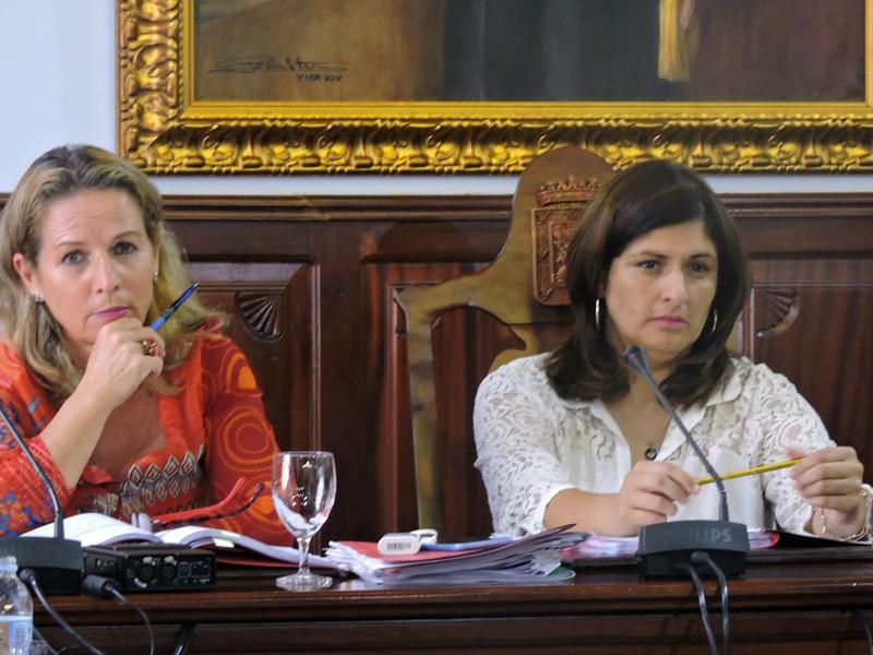 La alcaldesa Carmen Luisa Castro (derecha), junto a la secretaria municipal, Marisa Santos. / NORCHI