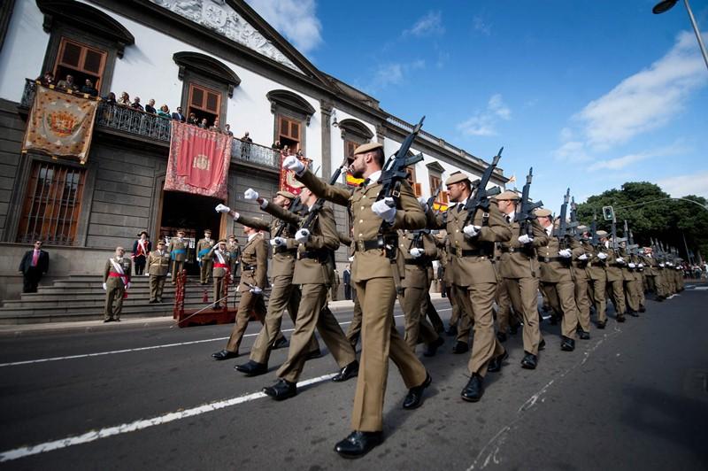 La Pascua Militar motivó ayer el desfile de tropas frente a la sede de la Capitanía General de Canarias, en Santa Cruz de Tenerife. / FRAN PALLERO