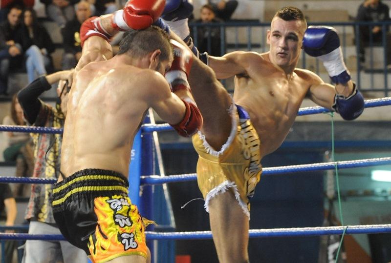 Carlos Araya patea a un rival durante uno de los combates de su carrera. / SERGIO MÉNDEZ