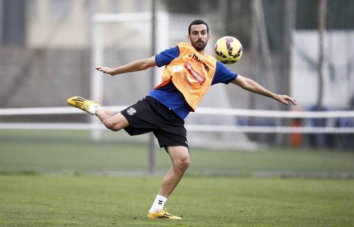 Entrenamiento del Tenerife. En la imagen, Ricardo.  León, durante un entrenamiento con los blanquiazules en El Mundialito. | DA