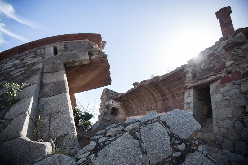 El estado de deterioro y abandono que presenta la histórica torre desde hace decenios hace temer que caiga en una ruina irremediable. / ANDRES GUTIÉRREZ