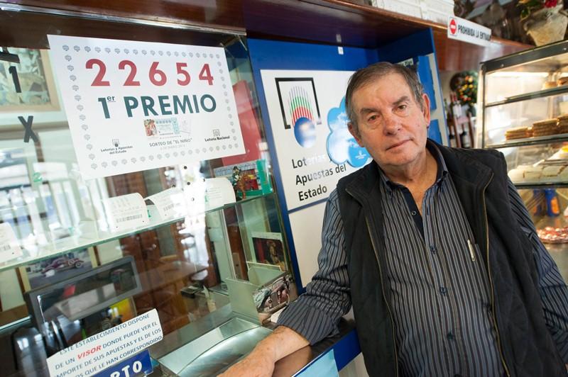 Antonio Cruz Delgado, en la administración de lotería que regenta. / FRAN PALLERO