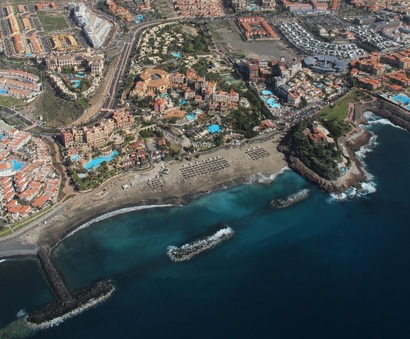 Vista área de la zona turística de Adeje, el municipio que encabeza la presión fiscal en Canarias. / DA