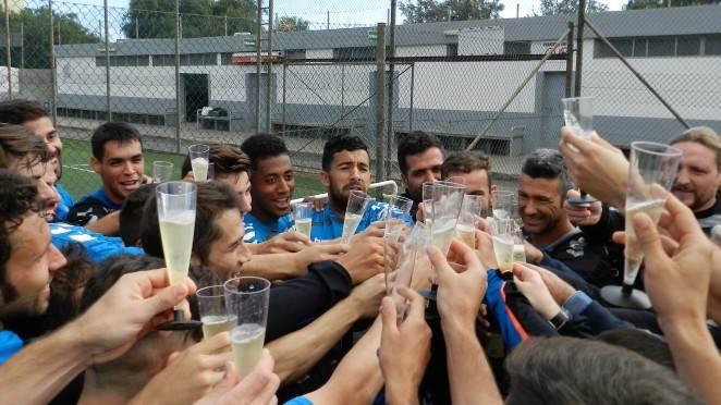 Brindis del equipo tinerfeño el día 31 sobre el terreno de juego de El Mundialito. | CLUB DEPORTIVO TENERIFE