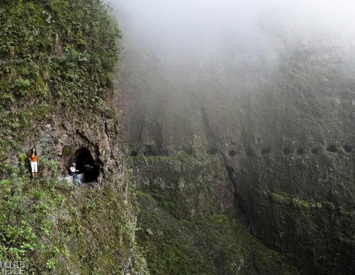 La imagen es fiel tanto a la espectacularidad del recorrido como a la peligrosidad del mismo; se transita de uno en uno sobre un precipicio de 1.000 metros. | PEDRO HERNÁNDEZ GUANIR