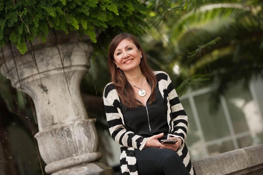 Carina González posa en el edificio central de la ULL. | FRAN PALLERO