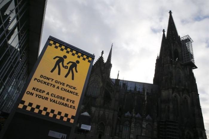 Cartel en la catedral de Colonia donde se advierte de los carteristas. | REUTERS