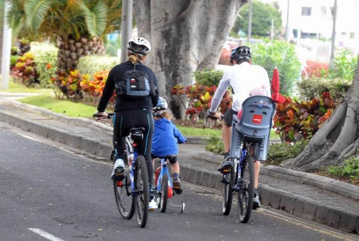 Uno de los compromisos a largo plazo es llevar el carril bici hasta la playa de Las Teresitas.   DA