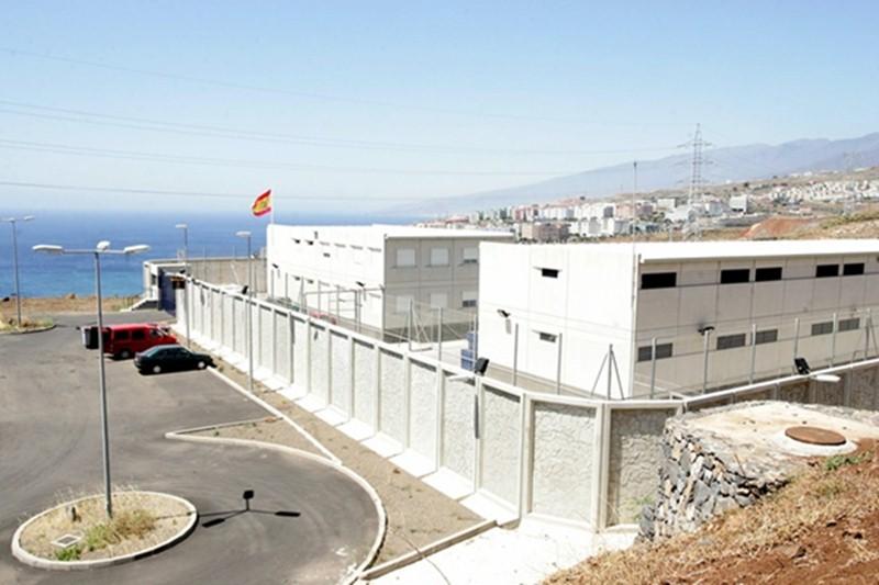 Unos 80 internos han sido enviados a Las Américas y otros tantos a un CIE peninsular por los insectos. / DA