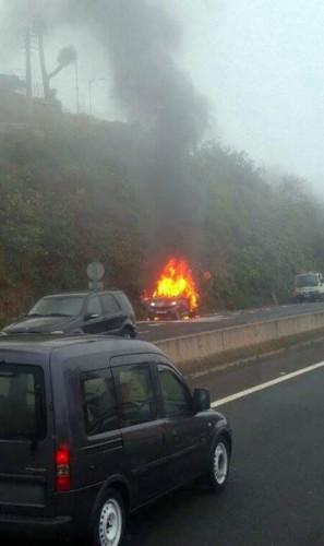 Imagen del vehículo envuelto en llamas. | OMAR CABRERA