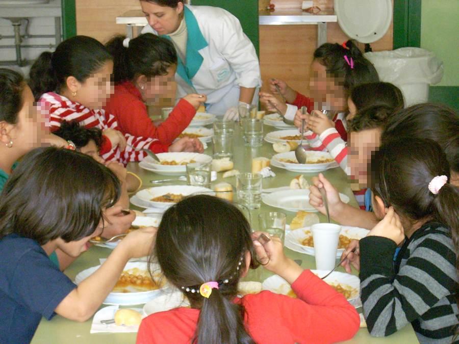 Cerca De Alumnos Canarios Usan El Comedor De Forma
