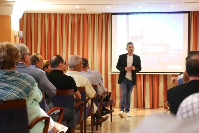 Acto de presentación de la estrategia turística por parte del concejal David Pérez . | DA