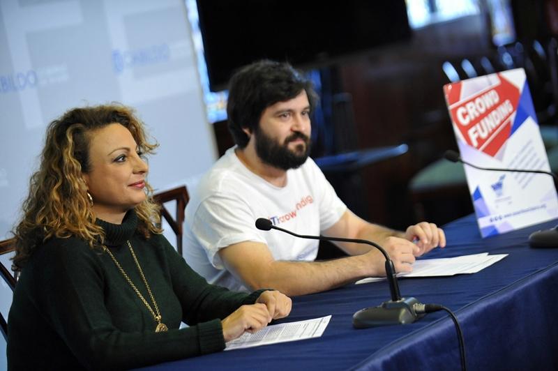 La consejera de Acción Social, Cristina Valido, y Ángel González, cofundador de Universo Crowdfunding. / DA