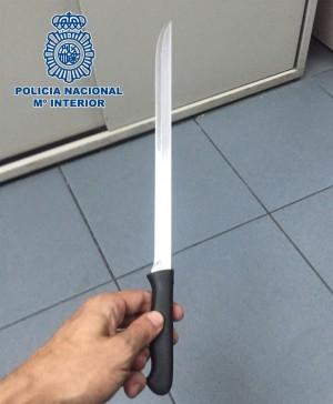 El cuchillo con el que el acusado amenazó a su vecino. / CEDIDA POR LA POLICÍA