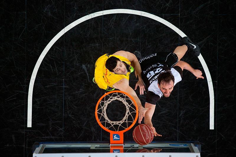 Blagota Sekulic y Mirza Begic vivieron un intenso duelo debajo de los tableros. / ACB MEDIA
