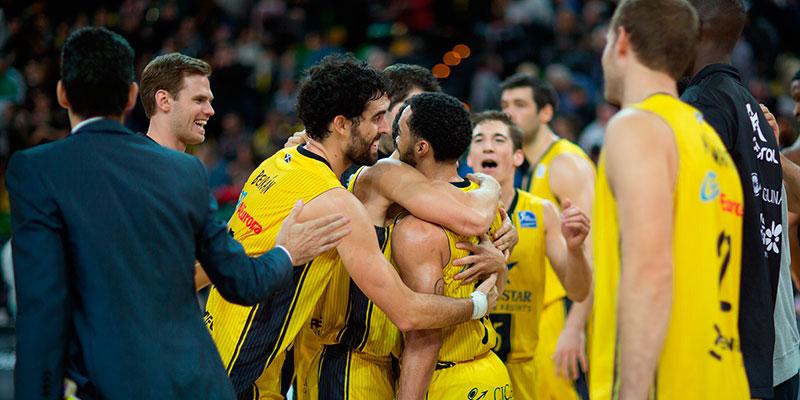 Los canaristas celebran el triple anotado por White, que les dio la victoria en el complicado Bilbao Arena de la capital del País Vasco. / ACB MEDIA