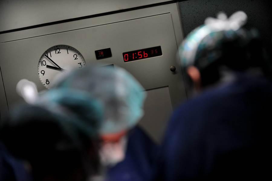 Un amplio equipo profesional se encarga de extraer los órganos y trasplantarlos al receptor adecuado. / da