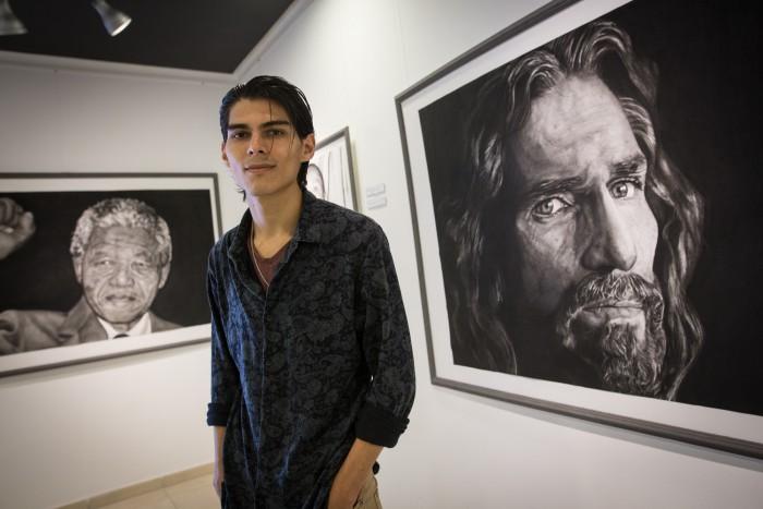 Eliel Ramírez, junto a uno de los cuadros de su primera exposición. /ANDRES GUTIÉRREZ