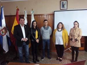 Fermín Correa estuvo arropado por los concejales del PSOE durante su rueda de prensa. /DA