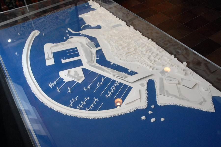 La construcción del futuro muelle deportivo y pesquero ha originado diferentes diseños; destacan el de Fernando Martín Menis, con la presencia de rías interiores en la parte de tierra, hasta el                                           presentado por el Consorcio Entelo, que albergaba un pueblo canario. Las características del nuevo proyecto todavía son desconocidas para la ciudadanía. / DA