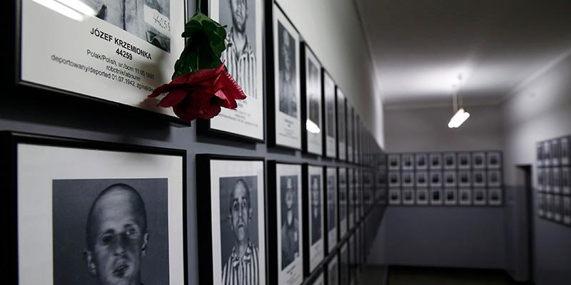 Fotos de las víctimas en las antiguas barracas de  Auschwitz. / REUTERS