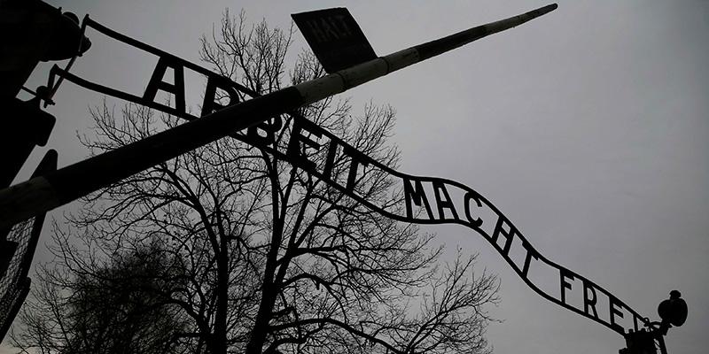 """""""Arbeit macht frei"""" (trabajar te hace libre), a las puertas del campo de Auschwitz. / REUTERS"""