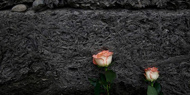 """Homenajes a las víctimas en el denominado """"muro de la muerte"""", ubicado en lo que fue el campo de exterminio de Auschwitz. / REUTERS"""
