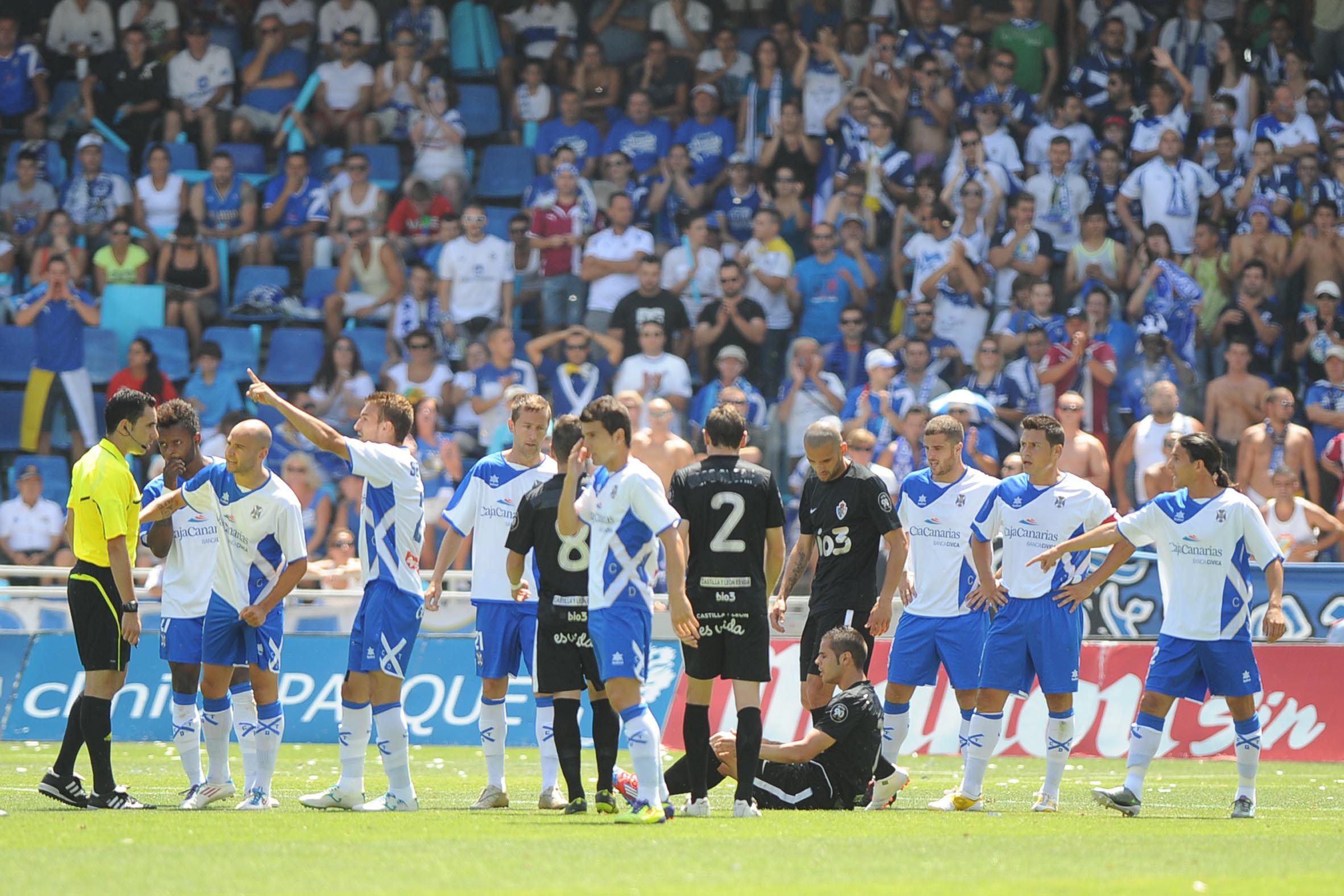 El duelo de vuelta de la eliminatoria de ascenso llenó de tristeza las gradas del Rodríguez López. / S. MÉNDEZ