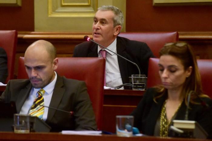 Óscar García, concejal de Asuntos Sociales, ayer, durante el Pleno municipal. / S. M.
