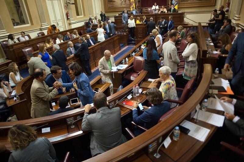 Salón de sesiones del Parlamento de Canarias antes del inicio de un pleno. / FRAN PALLERO