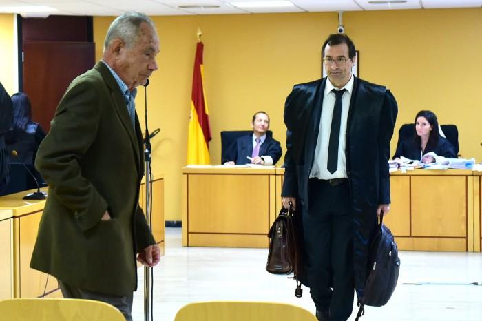Plasencia y Esteban Sola, su abogado, abandonan la sala tras la sentencia / SERGIO MÉNDEZ