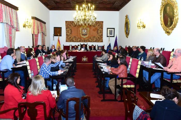Un momento de la votación en la sesión del pleno extraordinario, ayer. / SERGIO MÉNDEZ